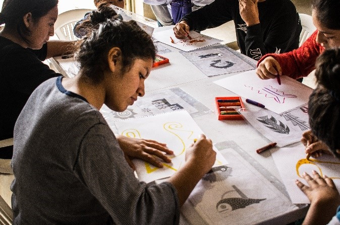 Adolescentes y jóvenes del albergue «Señor de los Milagros» también participaron del taller y luego de identificar las diferentes iconografías de algunas culturas peruanos, pusieron en marcha su creatividad y dieron color a sus réplicas.