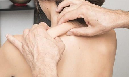 Mit einer therapeutischen Massage verklebte Faszien lösen