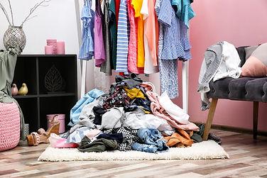 garde-robe en désordre, organiosation des vêtements, organisateur professionnel