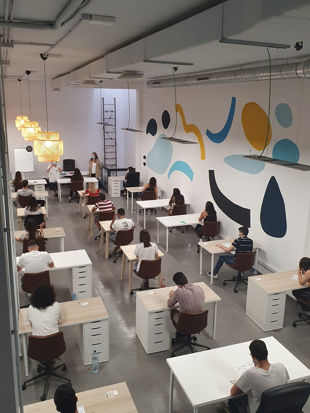 Examen realizado en Workeamos para 24 alumnos, respetando una distancia de metro y medio entre cada uno.
