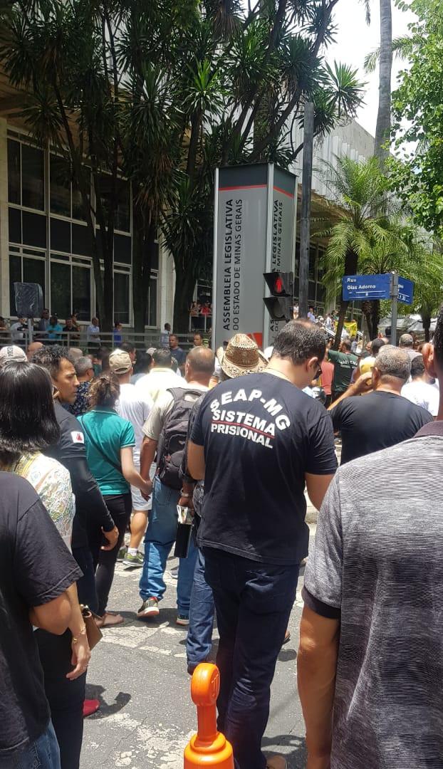 Manifestação contra o não parcelamento do salário e décimo terceiro