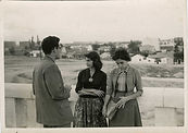 Mari con su hermana Emilia, madrid 1955.