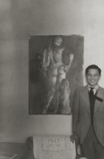 Antonio junto al primer dibujo que vendió