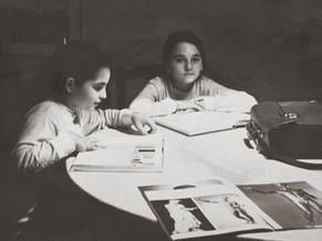 His daughters Carmen and María posing