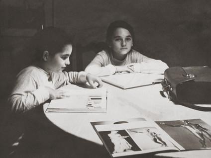 Sus hijas Carmen y María posando