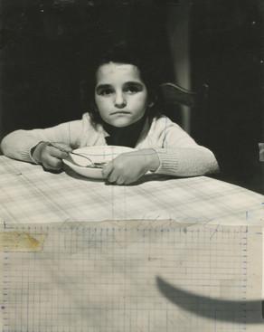 "Carmen posando para el cuadro ""La cena"", 1975."