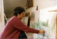 María_pintando_en_estudio_hacia_1995.jpg