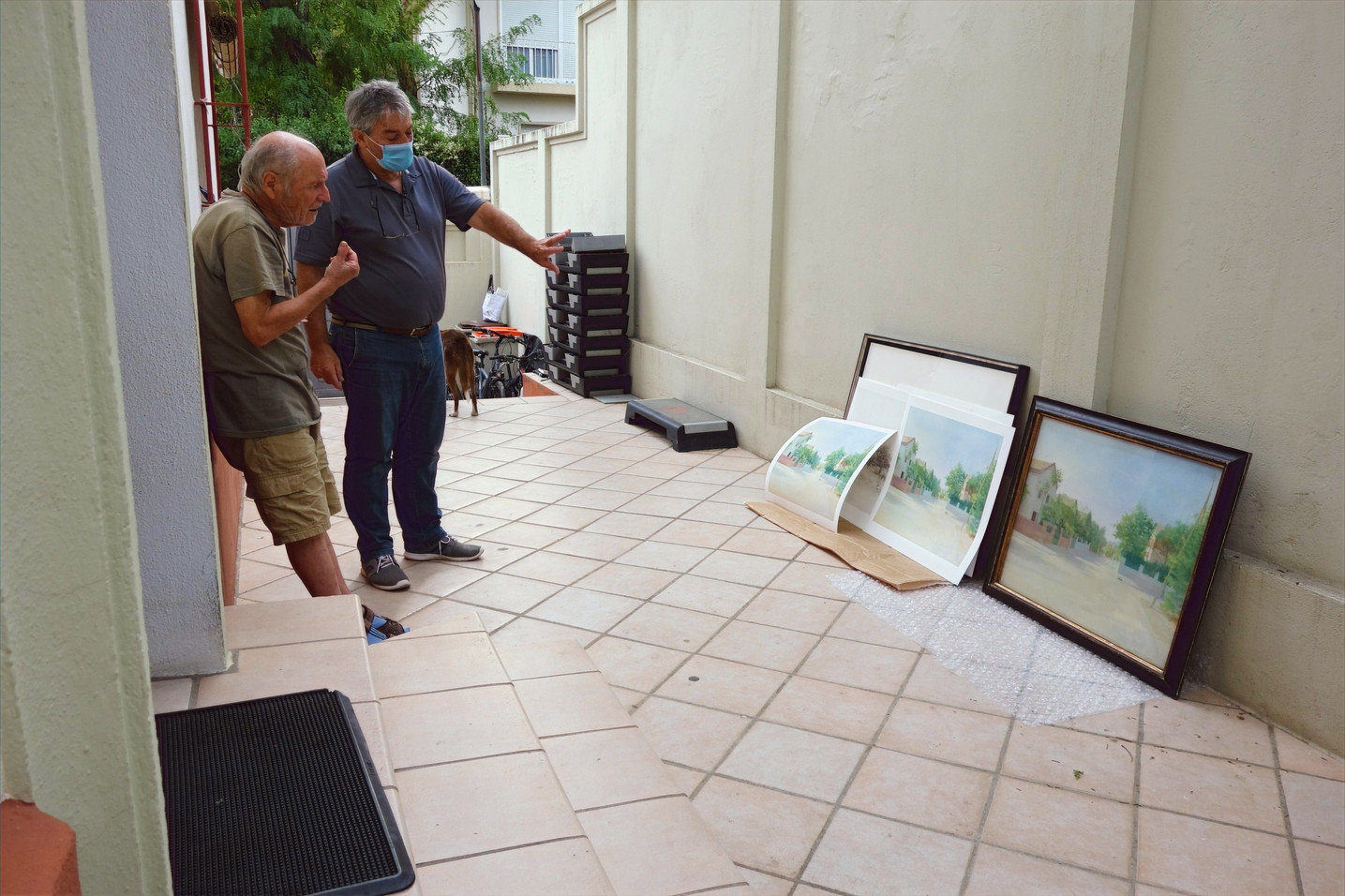 Antonio López and Francisco Fernández from UM Photography watching the proofs of Calle Levante next to the painting by María Moreno