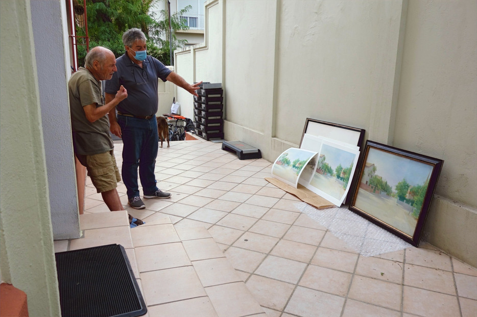 Antonio López y Francisco Fernández de UM Fotografía, viendo las pruebas de Calle Levante junto al cuadro de María Moreno