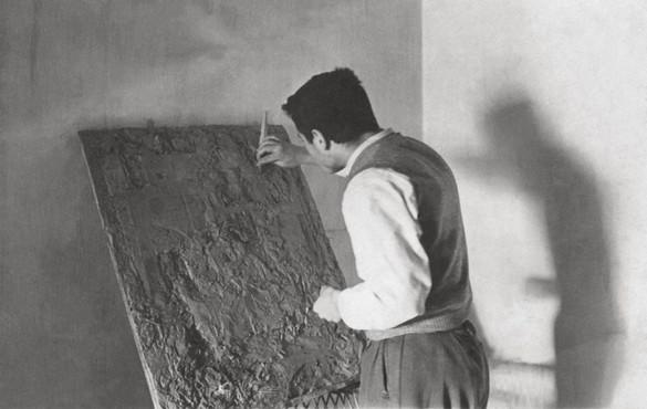 Modelando su primer relieve, 1955.