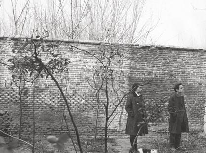Mari y Antonio en el patio de su casa, 1969
