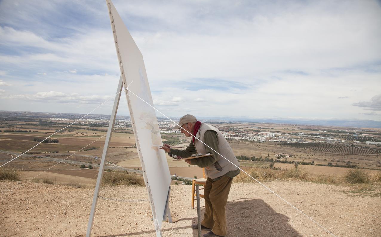 Antonio pintando a las afueras de Madrid. Foto Enrique Palacio