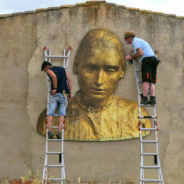 Mounting of the photography of the sculpture of Antonio López in its placement