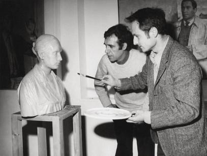 """Francisco López acompaña a Antonio López mientras retoca el """"Busto de Mari"""", 1968."""