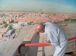 Antonio López pintando Madrid desde la torre de bomberos de Vallecas