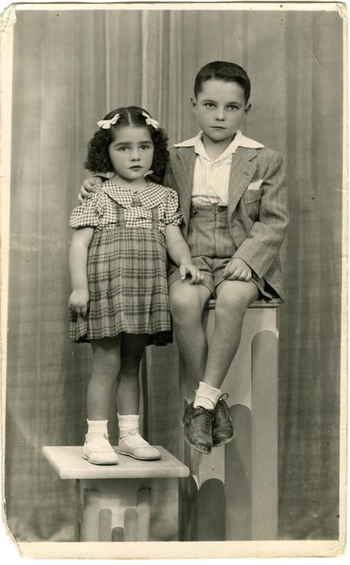 Con su hermana Josefina en 1943