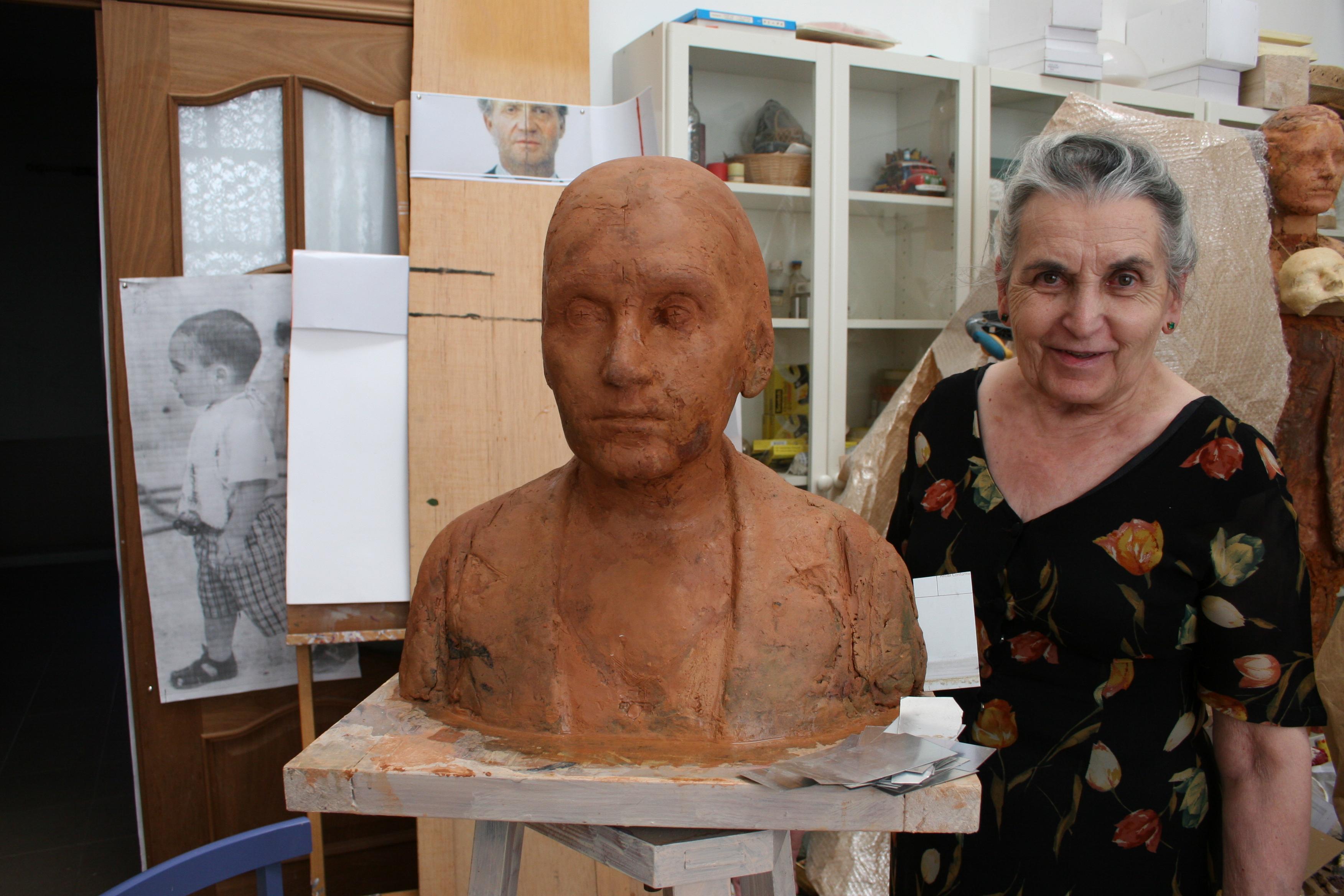 María Moreno junto a su busto