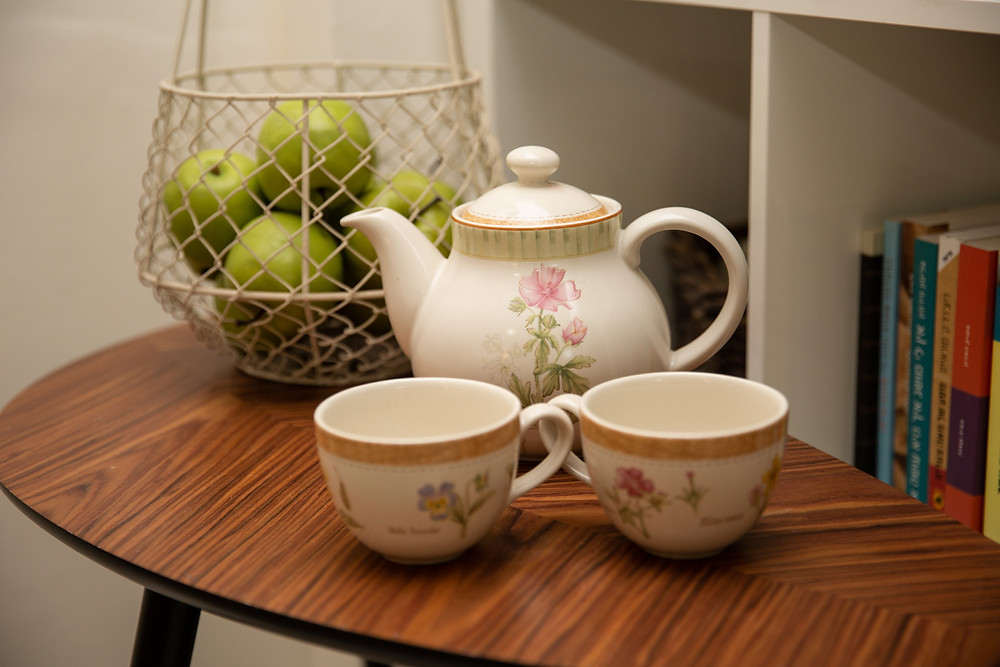 שולחן חג קנקן תה וסלסלת תפוחים