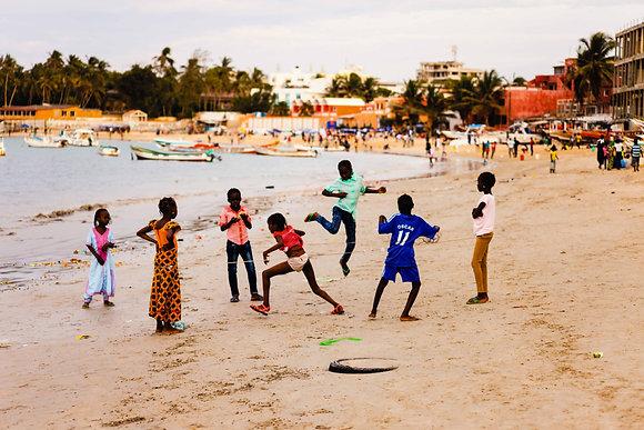 Enfants à l'élastique, plage de Ngor