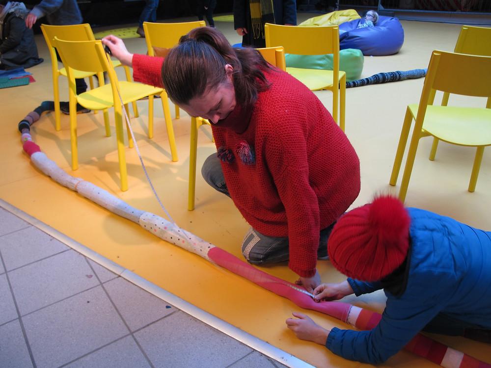 Vi målte slangen vår, laget av sokker, tights og strømpebukser. Den er foreløpig på 17, 5 meter!