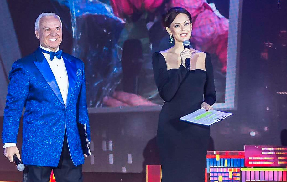 Ведущие Звездного Дуэта 2017 Станислав Попов и актриса Ирина Безрукова.