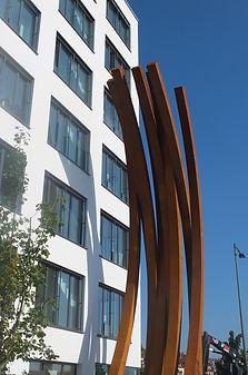 Bürohaus mit Kunstobjekt