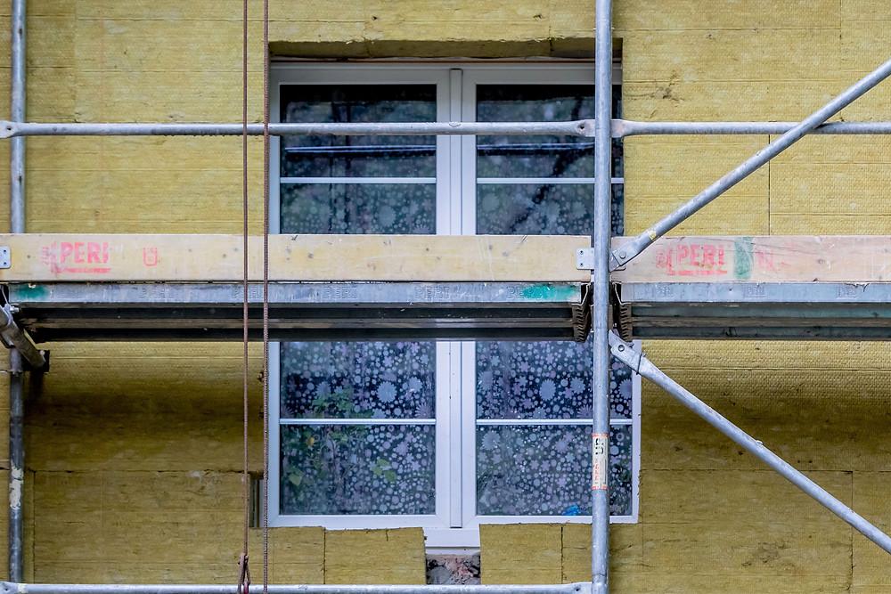 Vnitřní vlhkost zásadně ovlivňují dobře těsnící okna. V domech s novými okny je proto třeba častěji větrat.