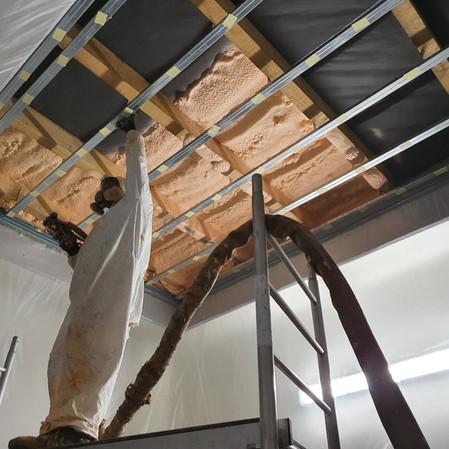 Zateplenie strechy minerálnou vlnou alebo penou: ktorý materiál dom odhluční?