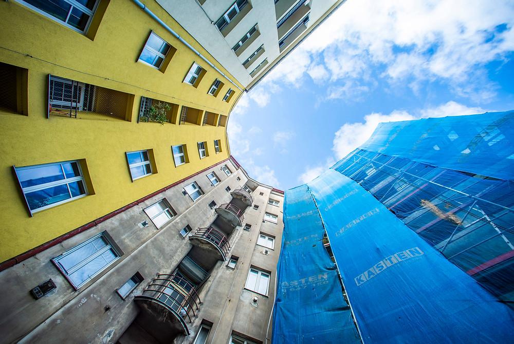 Klíčovou součástí Dohody je tzv. Renovační vlna, jejímž cílem je ztrojnásobit tempo renovací budov v Evropě ze současného cca 1 % na 3 % ročně.