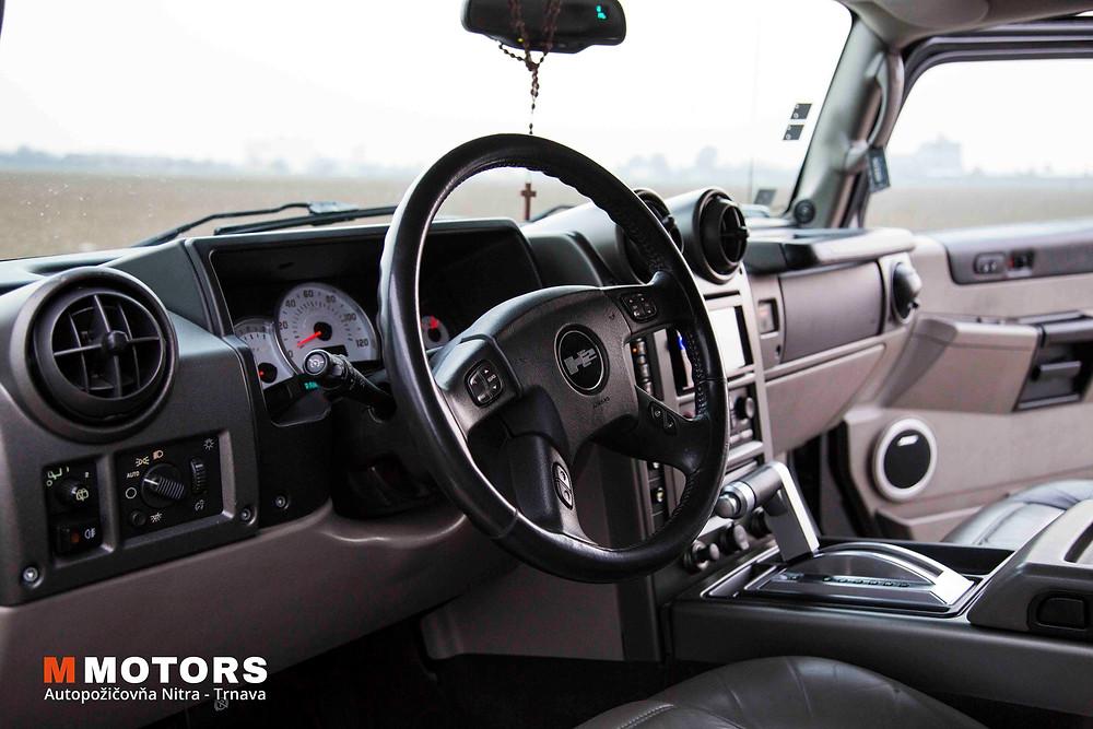Plnohodnotná výbava: rádio s navigáciou a multimediálnymi funkciami, vyhrievané sedačky, 4-zónová klimatizácia, automatická prevodovka či veľký priestor vám zaručia maximálny komfort.