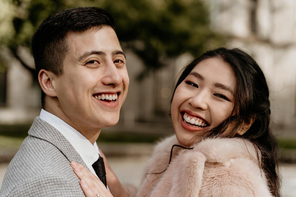 Braut und Bräutigam lachen im Ravensberger Pakr Bielefeld beim Paarshooting