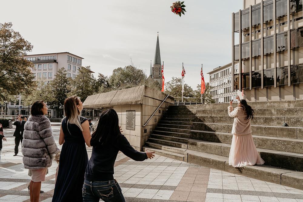 Braut wirft den brautstrauß