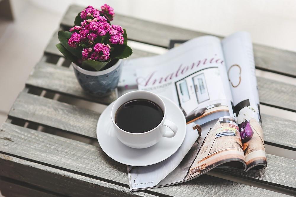 Jornal impresso e café para foco, contra a intoxicação por informações