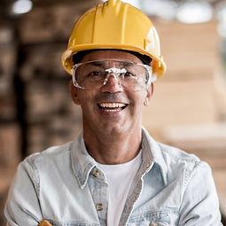 Travailleur avec un casque jaune