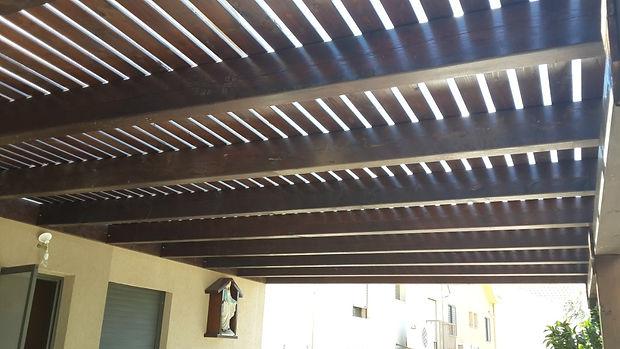 פרגולת הצללה למרפסת , צבע וינגה קורות עץ גושני 10 על 20 ולוחות הצללה