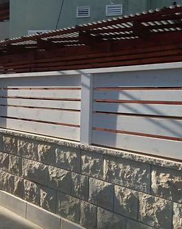 גדר מעץ אורן , עצים לגדר , עץ אורן באיכות גבוהה , מחסן מעץ אורן כולל הרכבה