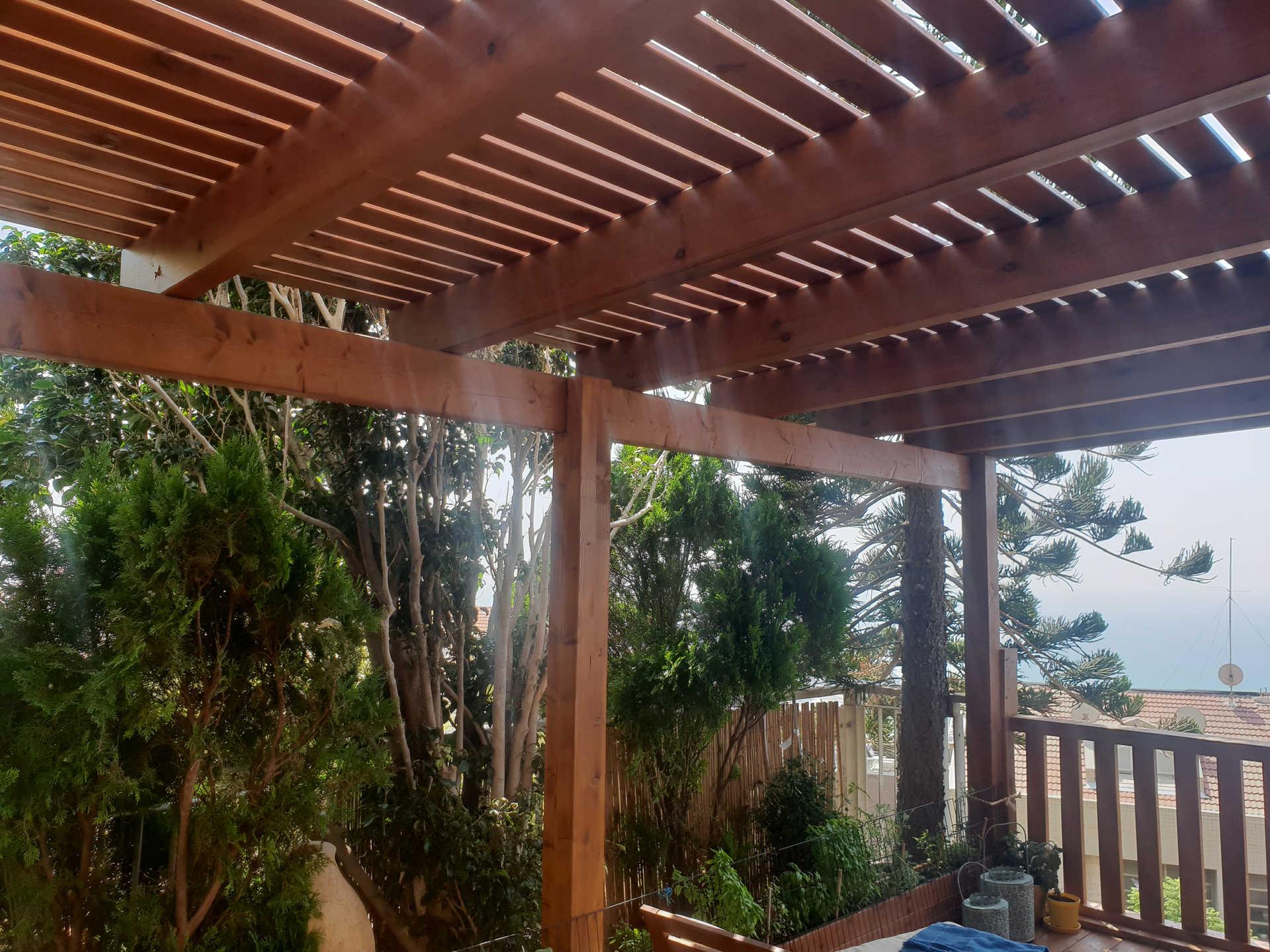 פרגולה בחיפה מעץ גושני