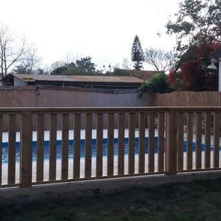 גדר עץ לבריכה