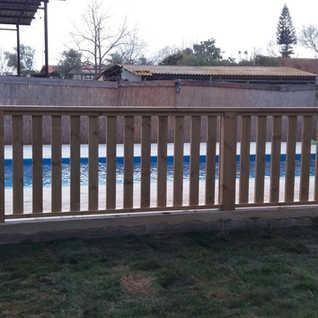 גדר מעץ לבריכה