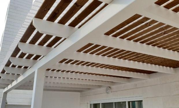 פרגולה מעץ למרפסת , שילוב צבעים לבן ואגוז , קקורות עץ גושני 15 על 15 ולוחות הצללה  ניתן להתקשר ולקבל הצעת מחיר לבניית הפרגולה שלך