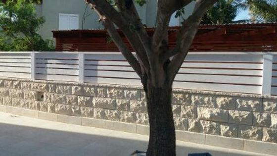 עצים לגדר במחירים אטרקטיביים , גדר מעץ אורן להתקנה עצמית , במחסן עצים עץ מרקט ניתן לקנות עץ חתוך וצבוע מוכן להתקנה עצמית עשה זאת בעצמך משלוח לכל הארץ , מחסן עצים פתוח בשבת