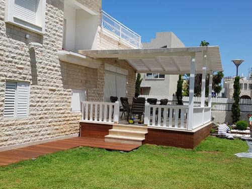 פרגולה לגינה בצבע לבן במחיר אטרקטיבי , עמודים מעץ גושני 15 על 15 קורות הפרגולה מעץ גושני ולוחות הצללה 2 על 10 מוקצע ,