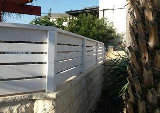 גדר עץ לבית