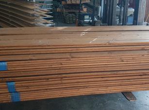 לוחות עץ לגדר צבועים בכל גוון , אפשר להזמין גם עץ חתוך למידה