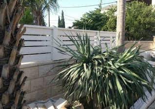 גדר מעץ בצבע לבן