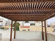 פרגולה הצללה לבית פרטי כולל עמודים מעץ גושני וקורות עץ אורן 8 על 15 מוקצע