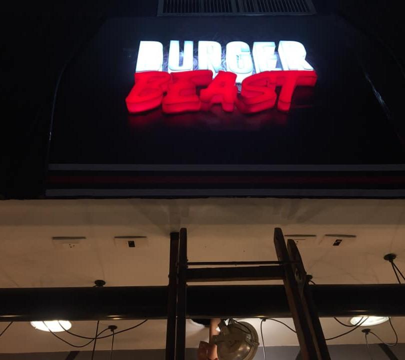 Burger Beast Fachada Acrílicos Curitiba