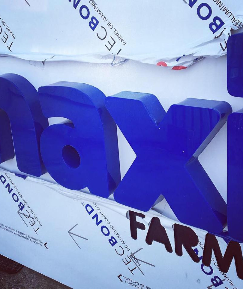 Maxi Farma Fachada Acrílicos Curitiba