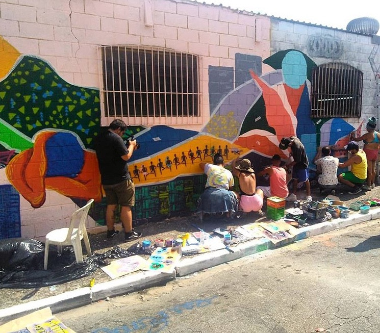 Alunos pintando o muro no Grajaú