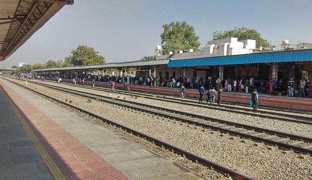 People on railway tracks - Bas 2 min train rukti hain saab